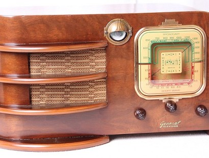 VINTAGE RADIOS: EYE CANDY OR EAR CANDY?